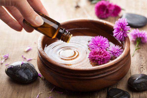 Cómo usar aceites esenciales para dormir mejor. Aromaterapia para combatir el insomnio. Cómo conciliar el sueño con aromaterapia.