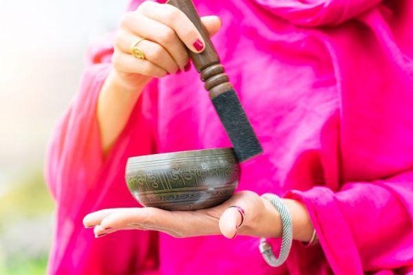 Cómo activar los chakras usando cuencos tibetanos. Cómo usar cuencos tibetanos para desbloquear los chakras. Activar chakras con cuencos