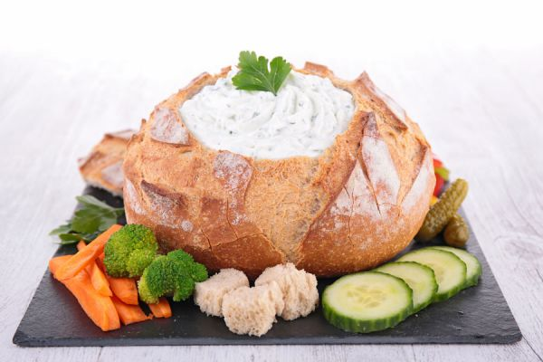 Preparación de pan para rellenar con comidas. Cómo hacer pan para rellenar con comidas. Servir sopas en tazones de pan. Tazones de pan casero