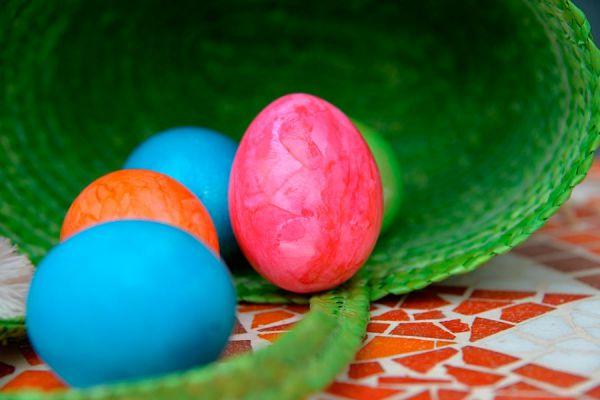 Cómo colorear huevos para Pascuas. Técnica para decorar huevos con seda en pascuas. Pasos para teñir huevos con seda. Colorear huevos para pascuas