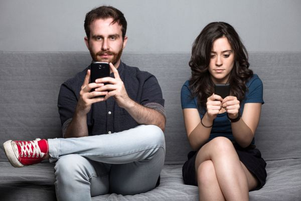 Cómo las redes sociales afectan las relaciones de pareja. Las redes y su influencia sobre las citas. Cómo atentan contra las citas las redes sociales