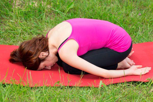 4 asanas de yoga para aliviar los dolores menstruales. Cómo calmar los cólicos menstruales con yoga.