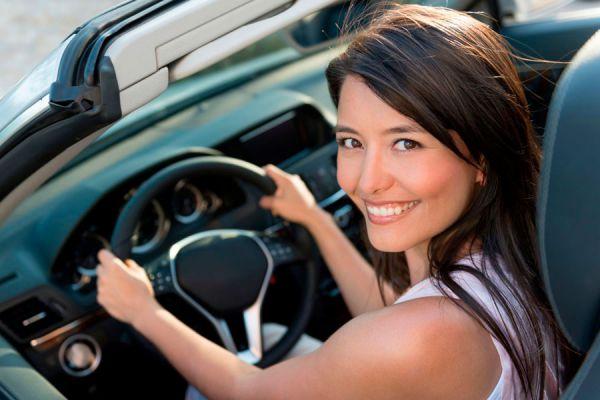 Palanca de cambios de un coche automático. Conducir un vehículo con marcha automática. Guía para conducir con caja automática
