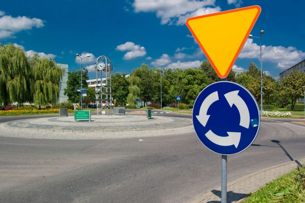 Consejos para conducir por una glorieta. Cómo conducir por una rotonda. Reglas de transito para circular por una glorieta