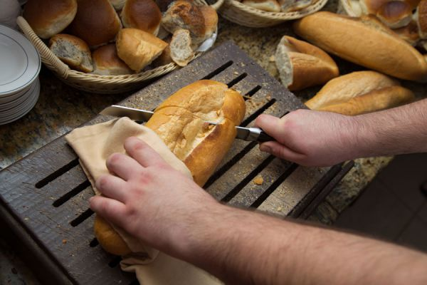 Tabla para cortar pan muy original. Pasos para crear una tabla para cortar el pan sin derramar migas.