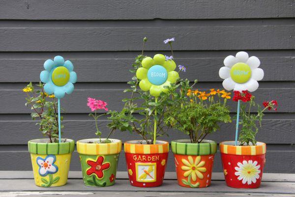 Cómo hacer macetas con objetos reciclados. Ideas para decorar macetas recicladas. Cómo crear macetas originales con objetos en desuso