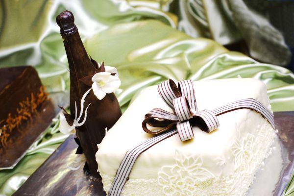 Bizcochuelo con forma de botella. Cómo crear un pastel con forma de botella. Ingredientes para hacer un pastel con forma de botella.