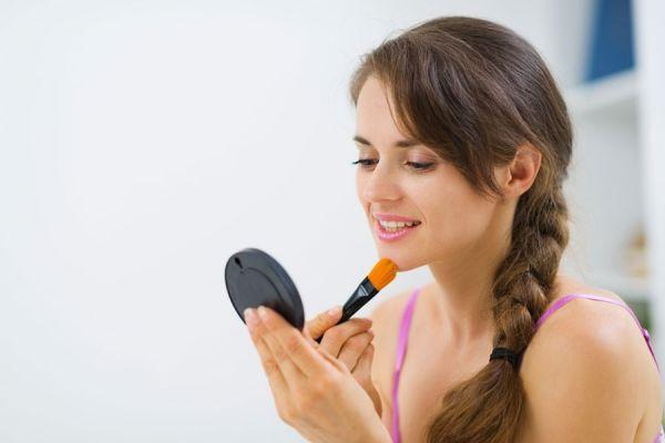 3 recetas para hacer maquillaje casero. Cómo preparar tu propio maquillaje. Receta para hacer un rubor casero. Cómo hacer un labial casero
