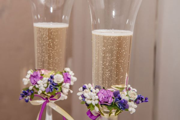 Ideas para decorar las copas en una boda. Tips para decorar las copas para una boda. Ideas para el brindis en una boda