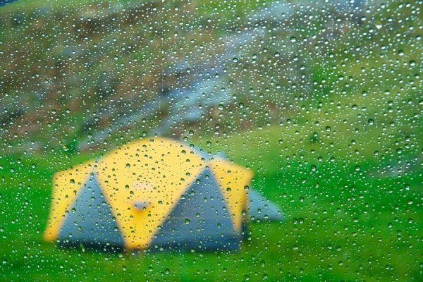 Tips para acampar bajo la lluvia. Cómo preparar la tienda de campaña para la lluvia. Consejos para hacer una acampada bajo la lluvia