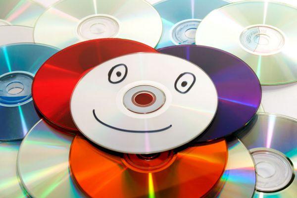 Manualidades para hacer con cds viejos. Ideas para reciclar discos viejos. Manualidades con cds paso a paso. 10 ideas para hacer con cds viejos