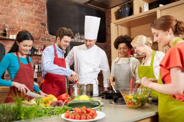 Enseñar a cocinar a un adulto. Cómo enseñar a cocinar. Tips para enseñarle a alguien sobre cocina