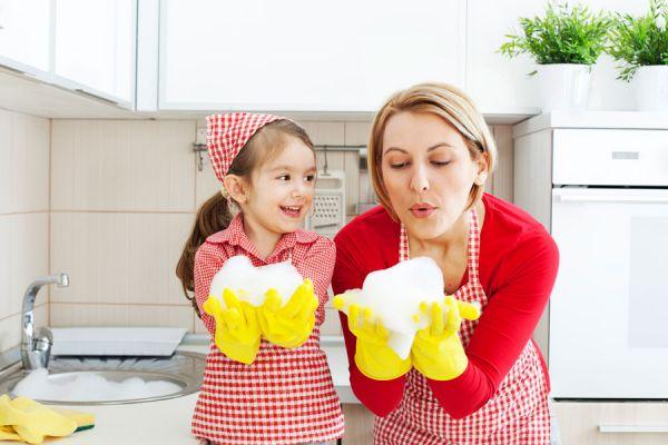 Enseñar a limpiar el hogar. Cómo enseñar a limpiar el baño. Enseñar a limpiar la cocina.