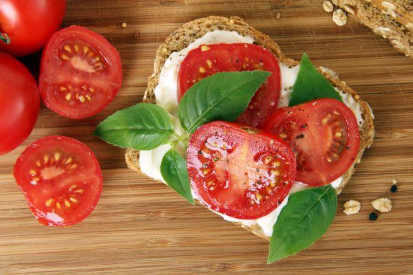 Cultivando tomates en un huerto hogareño. Claves para cultivar tomates en macetas. Cómo cuidar los tomates del huerto casero. Plantar tomates