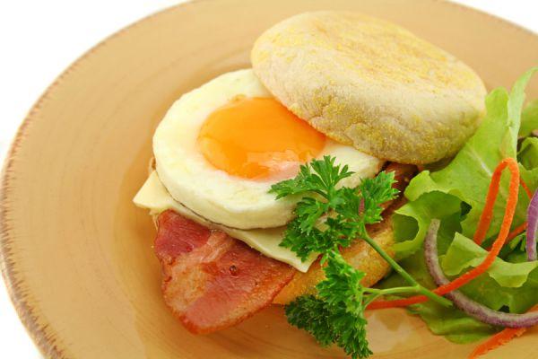 Cómo preparar un egg mcmuffin en casa. Receta de sandwich de huevo estilo McDonalds. Ingredientes para hacer un sandwich de huevo estilo McDonalds