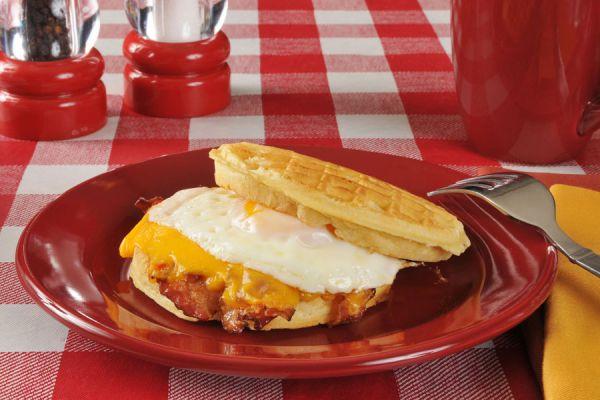 Receta casera de sandwich de huevo de mcdonalds. Pasos para preparar un egg mcmuffin y egg McGriddle. Preparación del sandwich de huevo de Mcdonalds