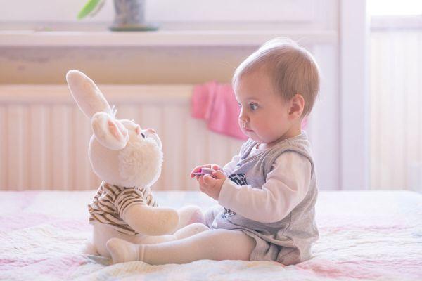 Juegos con bebés de 4 meses. Juegos para hacer con bebés. Cómo jugar con un bebé de 4 a 7 meses. Ideas para estimular a un bebé de 4 meses