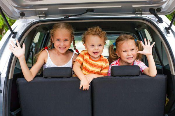 Cómo evitar que los niños se mareen en el coche. Evitar que los niños sufran mareos al viajar en coche. Por qué los niños sufren mareos en el coche?