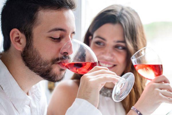 Consejos para organizar una cata de vinos. Cómo planificar una cata de vinos en casa. Pasos para hacer una cata de vinos entre amigos