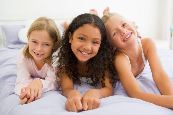Cómo hacer una pijamada con niños. Ideas para organizar una pijamada infantil. Cómo organizar una pijamada en casa. Pijamada con niños y niñas