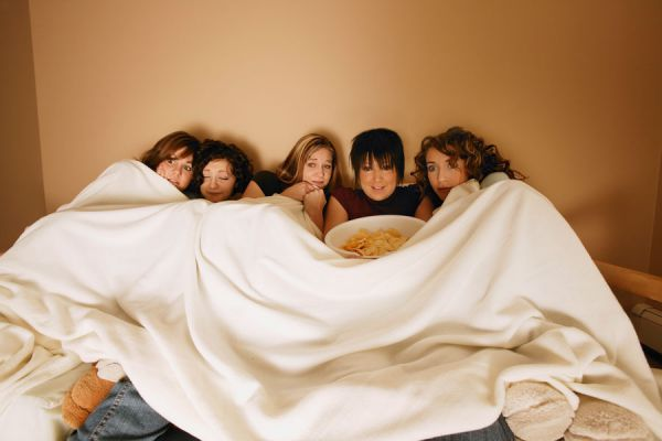Consejos para organizar una pijamada. Cómo planificar una pijamada con adolescentes. Claves para organizar juegos en una pijamada para adolescentes
