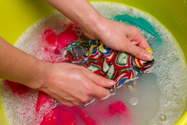 Técnicas de tintorería para hacer en casa. Tips para lavar las prendas como en una tintorería. Lavar ropa como en la tintorería