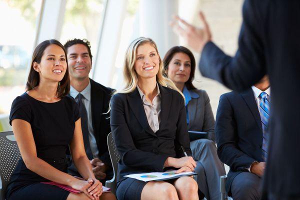 Gestos para mejorar tu oratoria. Gestos útiles para dar exposiciones. Tips para mejorar la oratoria con gestos.
