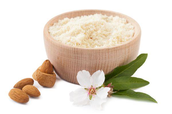 Tazón de harina de almendras, ingrediente para hacer la masa para tarta apta celiacos