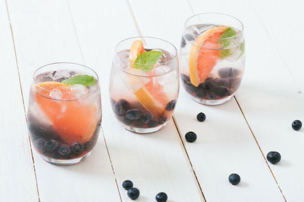 Ingredientes para preparar agua detox. Recetas caseras de agua detox. Cómo hacer bebidas detox. Preparar bebidas detox en casa