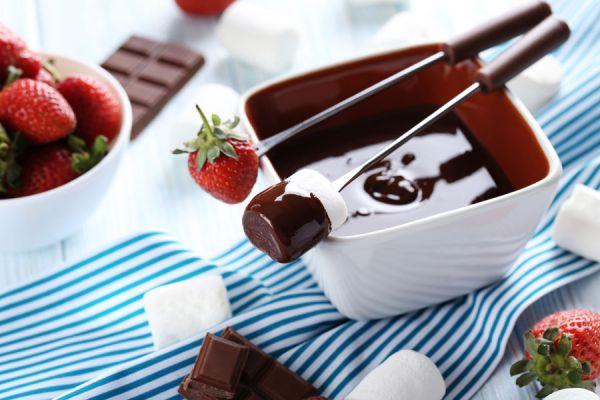 Cómo preparar fondue de chocolate. Recetas para hacer fondue de chocolate. Tips para preparar fondue de chocolate