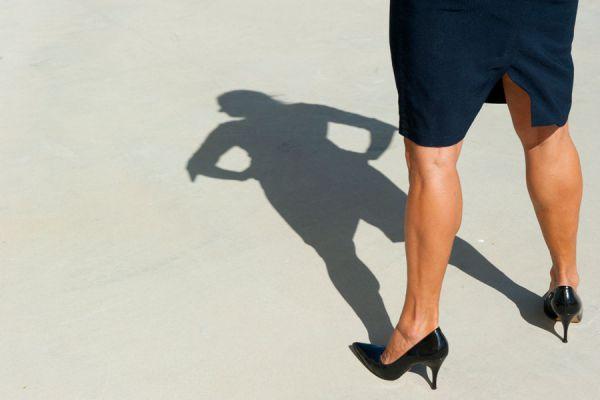 Sombra de mujer y pose de mucha confianza
