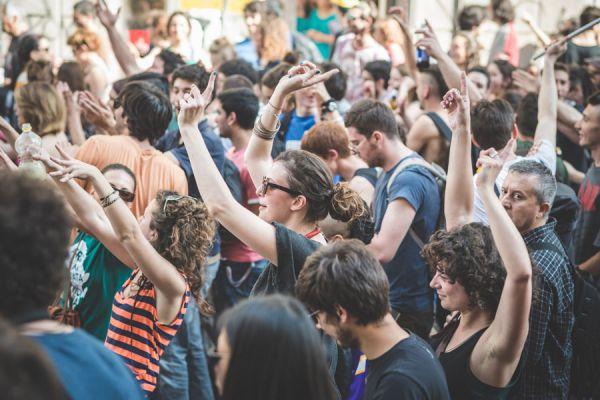 Qué se hace en una fiesta rave? De qué se tratan las raves? Es peligrosa una rave?