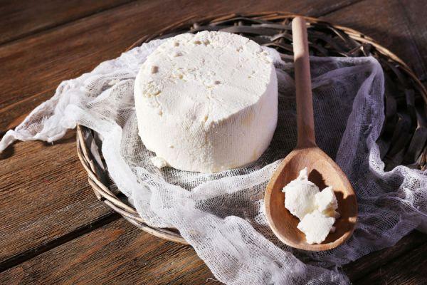 Receta casera para hacer queso con hierbas aromáticas. Queso aromatizado con hierbas. Ingredientes para hacer queso casero con hierbas