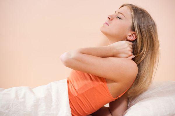 Métodos para aliviar el dolor en el cuello. Cómo calmar el dolor en el cuello. Tips para aliviar dolores en el cuello