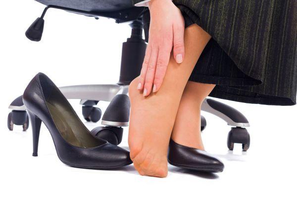 Cómo evitar que los tacones nos hagan doler los pies. Tips para evitar el dolor de pies al usar tacones. Cómo ablandar los tacones nuevos