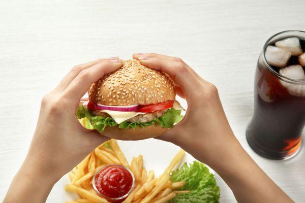 Las hamburguesas y gaseosas pueden producir problemas circulatorios.
