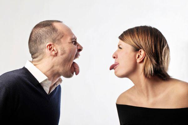 Jefes de familia sacandose la lengua en tono de burla amistosa