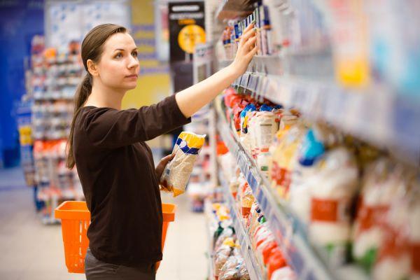 Mujer haciendo compras en supermercado.