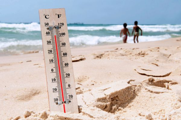 Termometro sobre la playa. En dias de mucho calor debemos saber cómo combatir golpes de calor