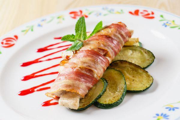 Salchichas envueltas en panceta fresta, una variante para cocinar el tocino