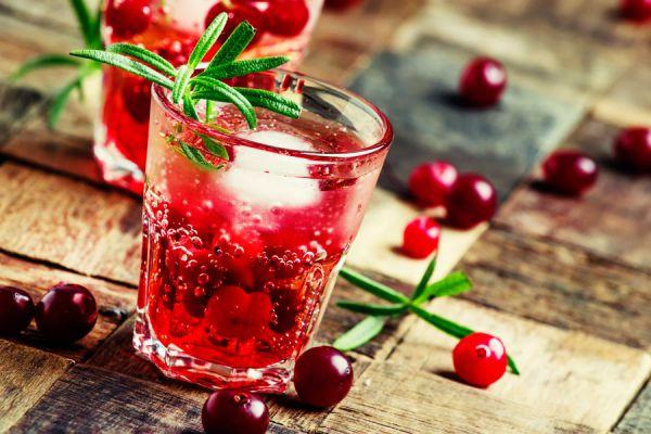 Vaso de jugo de arándanos con hielo, bebida detox refrescante y saludable