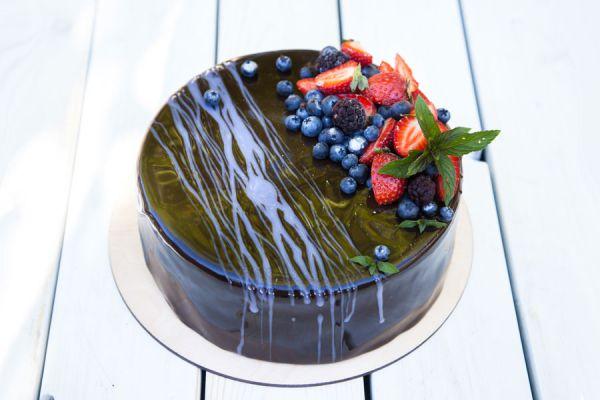 Tarta decorada con glaseado espejo de colores