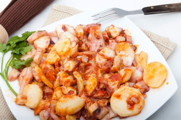 Platillo con pulpo a la galleta, una de la recetas para cocinar pulpo más populares