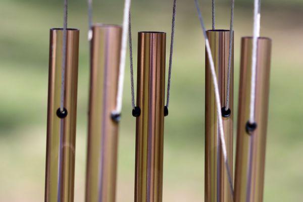 Llamador de ángeles casero y artesanal hecho con tubos de cobre