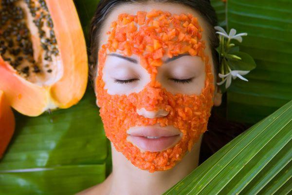 Mascarilla de papaya sobre el rostro de una mujer