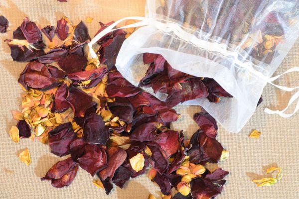 Manualidades con pétalos de rosas marchitas. Ideas para aprovechar los pétalos de rosas orgánicas. Recetas con pétalos de rosas