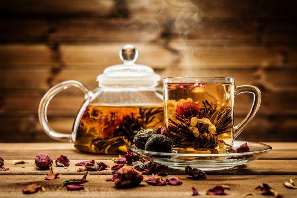 Cómo preparar una infusión de hierbas. 5 recetas de té herbal casero. Recetas para preparar un té de hierbas natural