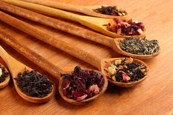 Te de hierbas casero y natural. Recetas de té herbal para aliviar molestias. Ingredientes para preparar una infusión de hierbas.