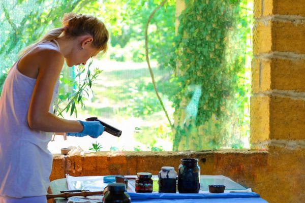 Mujer haciendo telas estampadas en casa con pinturas