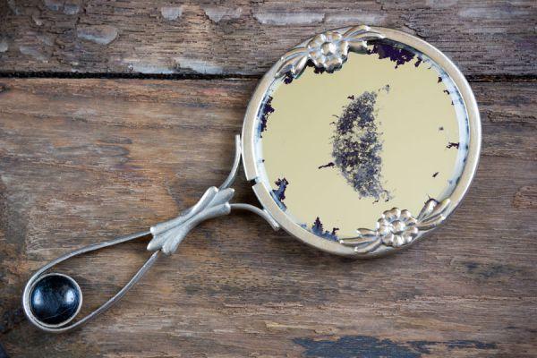 Los espejos dañados se pueden restaurar con técnicas fáciles en casa